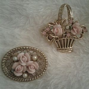 Jewelry - Pair of ceramic rose pearl flower bouquet broochs